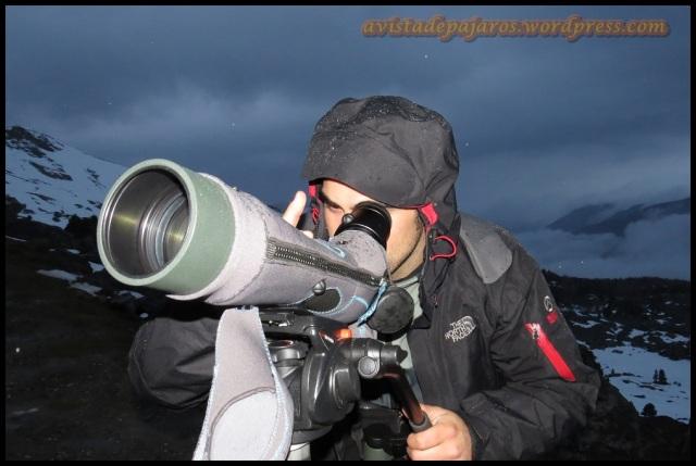 Iñigo mirando por el telescopio (28-5-2013)