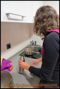 Orre preparando el café para llevar al monte (3-6-2013)