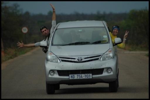 Asier y Amaia asomando en el coche; Koldo Azedo (1-11-2013)