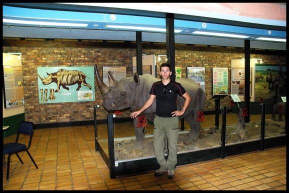 Asier con una maqueta de rinoceronte; María Martínez (9-11-2013)
