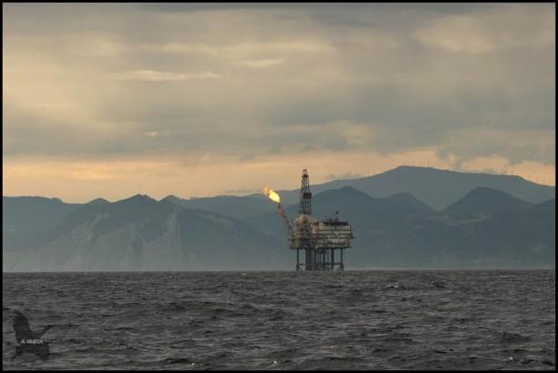 Plataforma petrolífera en medio del mar (18-10-2015)
