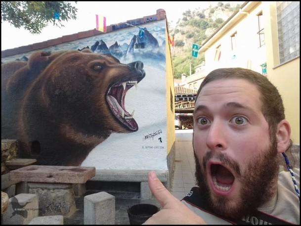 Con un mural de oso en Pola de Somiedo (7-9-2016)