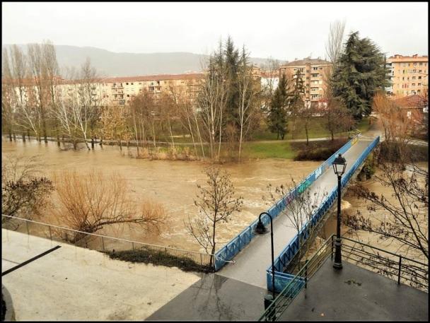 Puente del Plazaola con el nivel del agua bien subido... (16-1-2017)